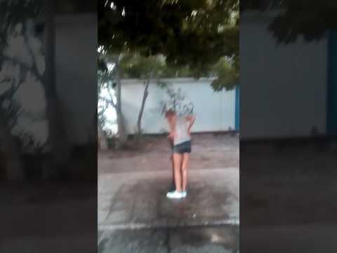 Бухая малолетка моется в фонтанчике