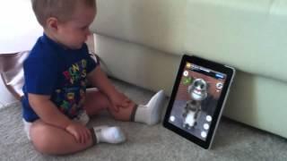 Малыш разговаривает с гаджетом