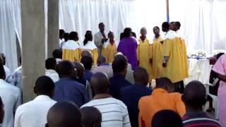 preview picture of video 'jovem angolano louvando a deus na ipda de viana em angola'
