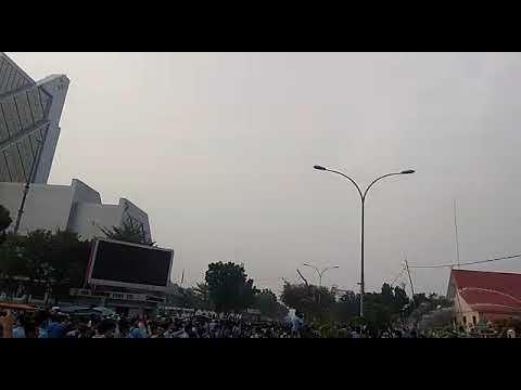 Demo Karhutla di Depan Mapolda Riau Ricuh, Petugas Semprotkan Water Canon