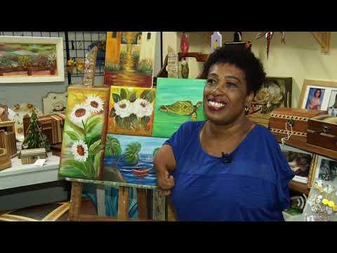 Pintora friburguense que não tem os braços utiliza a arte como forma de superação
