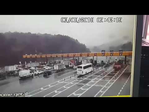 Caminhão derruba parte de pedágio da Rodovia dos Bandeirantes nesta sexta-feira