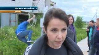 В коттеджном поселке Подмосковья коммунальщики не пускают жителей к своим домам