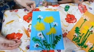 Рисуем вилками и пальцами одуванчики.