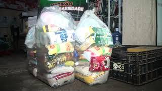 Em tempos de dificuldades, comerciante distribui cestas básicas para famílias carentes