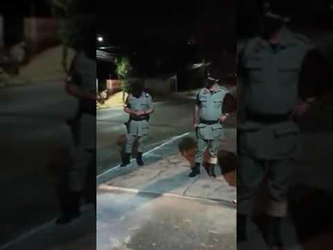 Jovem arma falsa abordagem policial e pede namorada em casamento