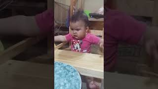 Niño hace sonido de perro llorando y termina la bebe llorando