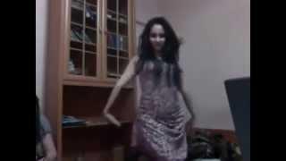 Казашка красиво танцует дома (Астана)