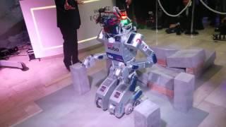 """Le robot """"Hubo"""" fait son show à Davos Video Preview Image"""