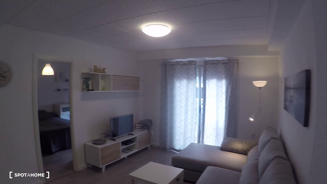 Decorated room with standalone wardrobe in 4-bedroom apartment, Algirós