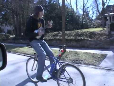 מנגן על גיטרה ורוכב על אופניים - הפוך!