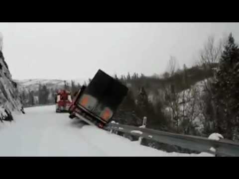 נהגי משאית שורדים נפילה ממצוק - לא יאומן!