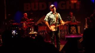 Aaron Lewis calls out Luke Bryan at show in Colorado