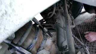 Смотреть онлайн Застрявший кот в пружине машины