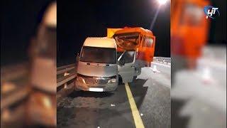 На трассе М-11 груженая фура на полном ходу врезалась в микроавтобус с пассажирами