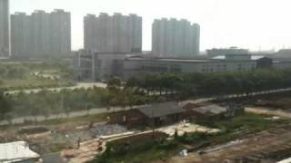 preview picture of video '滬寧高速鉄道:上海郊外 Highspeed train leaving Shanghai, China'