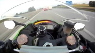чувак обогнал мотоцикл  на скорости 300 км/ч.