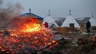 Нефтепровод раздора: индейцы покинули лагерь в Дакоте, сжигая свои палатки