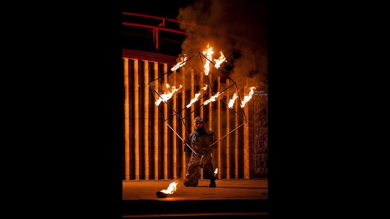 жонглер горящим кубом