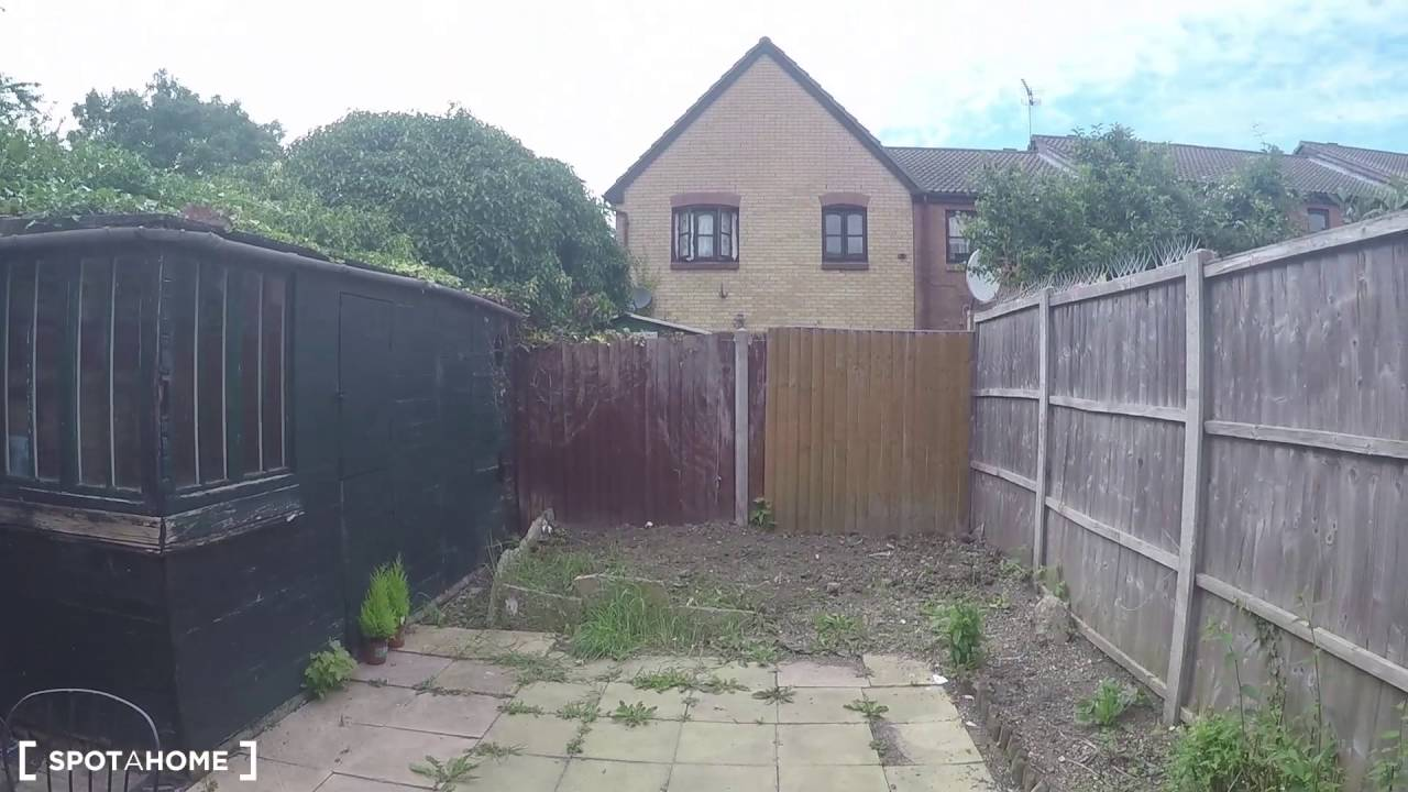 Rooms to rent in comfortable 4-bedroom house with courtyard garden in Tower Hamlets