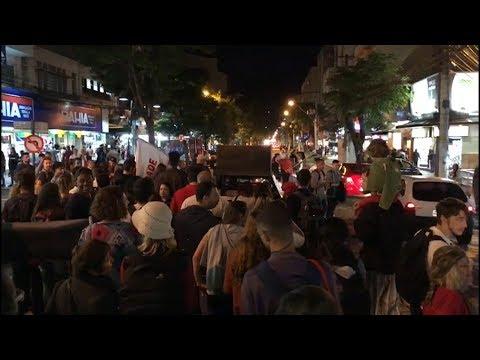 Manifestantes saem em passeata pelo Centro de Friburgo contra a reforma da Previdência
