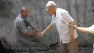 Китайский старичок показывает искусство цигун