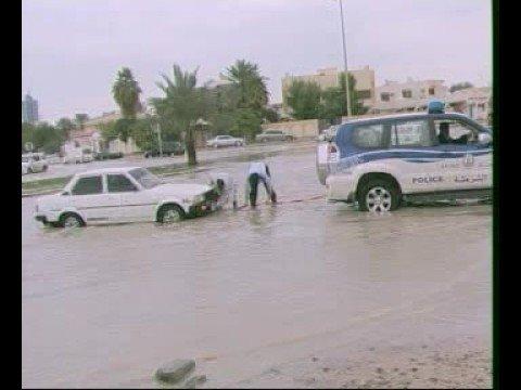 الأمطار في الإمارات وماتسببت به من أضرار أدت إلى غرق الشوارع
