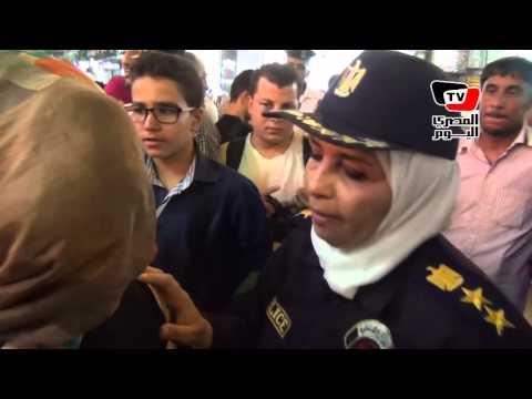 الشرطة النسائية تساعد في تنظيم رواد «سينمات وسط البلد»