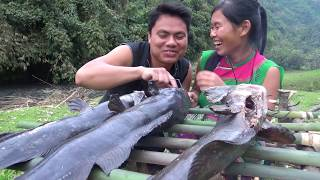 Primitive technology - Survival skills catch catfish and cooking catfish recipe - Eating delicious