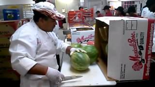 Смотреть онлайн Правильно и быстро чистим арбуз
