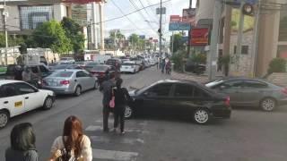 Пешеходы идут по машине, перегородив пешеходный переход Pedestrians Walk-on Car Blocking Crosswalk