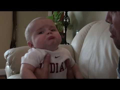 Em bé làm mặt khóc theo bố @@