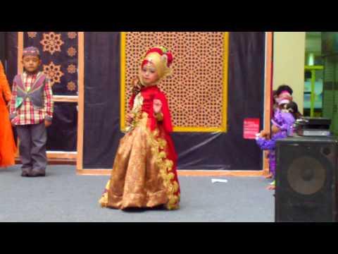 Video JOVINTA model cilik Fashion Show Busana MUSLIM