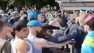 В День ВДВ в Москве бывшие десантники устроили драку с правоохранителями. ВИДЕО