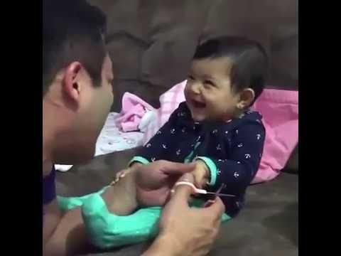 Bebé le hace una broma a su papá cuando le corta las uñas