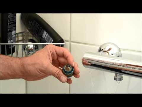 An einer tropfenden Mischbatterie in der Dusche,die Dichtung prüfen.