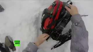 Смотреть онлайн Лыжника откапывают из под снежной лавины