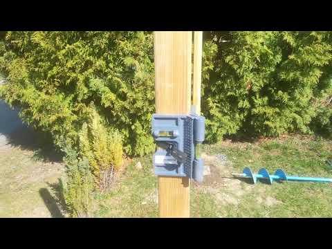Zaunpfosten setzen - Pfostenwasserwaage im Einsatz