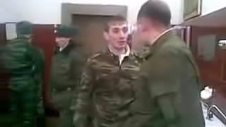 Смотреть онлайн Драка в армии: крутой дух дерётся с 6 дембелями