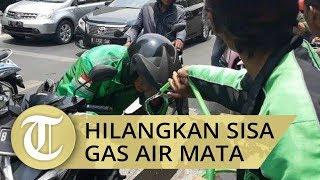 Warga Bantu Siapkan Air, Hilangkan Bekas Gas Air Mata