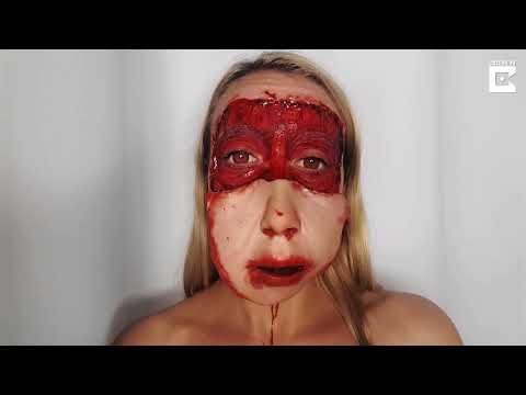 Девушка снимает свое лицо