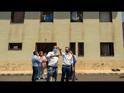 Pablo Casado atiende a los medios en su visita un centro de inmigrantes en la isla de El Hierro