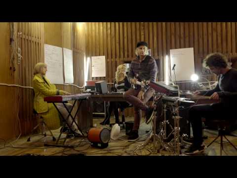 Обладательница Grammy спела украинскую народную песню с группой DVOE
