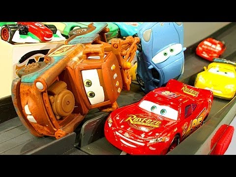 Cars Piston Cup 500 Lightning McQueen & Mater Races Crashes Smashes Diecast Demolition Cars2 ToysRUs