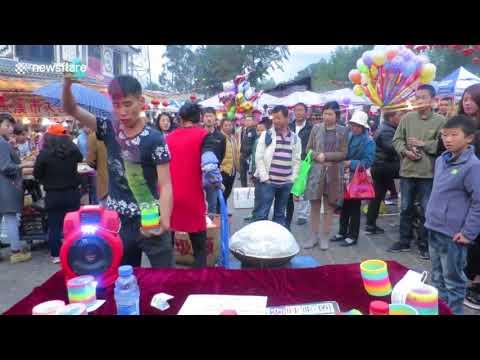Китайский торговец показал потрясающие трюки с пружинкой-слинки