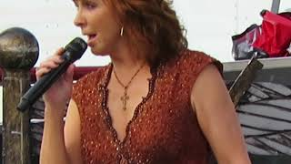 REBA McEntire - Milwaukee 8/12/18  Does He Love You