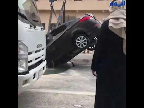 بالفيديو.. انتشال سيارة ابتلعها هبوط أرضي في الأحساء