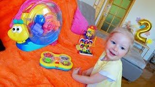 Серьезная Анжелика и новые игрушки
