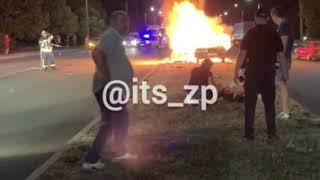 В Запорожье BMW врезался в столб - три человека сгорели заживо. ВИДЕО