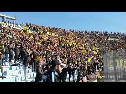"""""""Hinchada De Peñarol Vs. N@cional GALLINA TIRA PIEDRAS / Intermedio 2019"""" Barra: Barra Amsterdam • Club: Peñarol"""